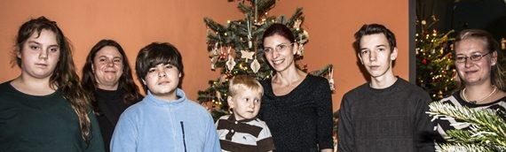 Familienministerin schmückt Weihnachtsbaum