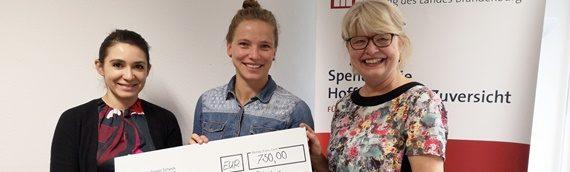 """Tabea Kemme übergab Spende an die Stiftung """"Hilfe für Familien in Not"""""""